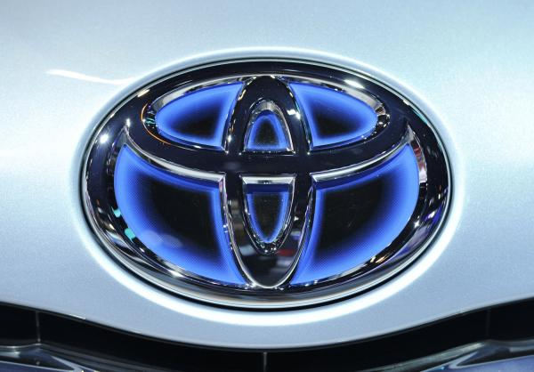 Логотип toyota на автомобиле Prius.