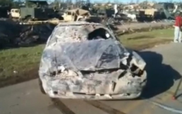 Фото разбитого торнадо Ford Mustang