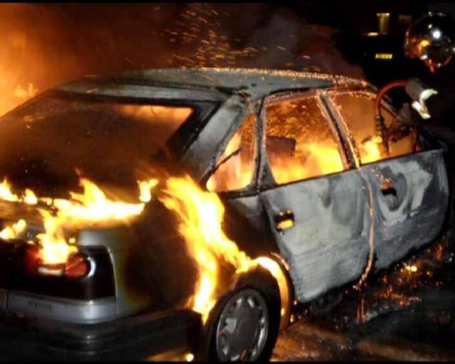 Автомобиль горит во дворе