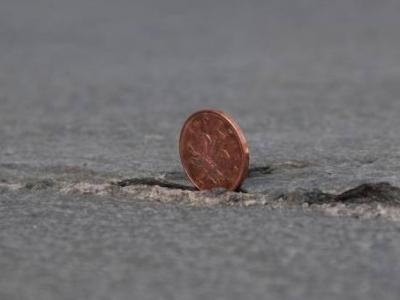 Россыпь долларов на трассе в результате ДТП в Канаде