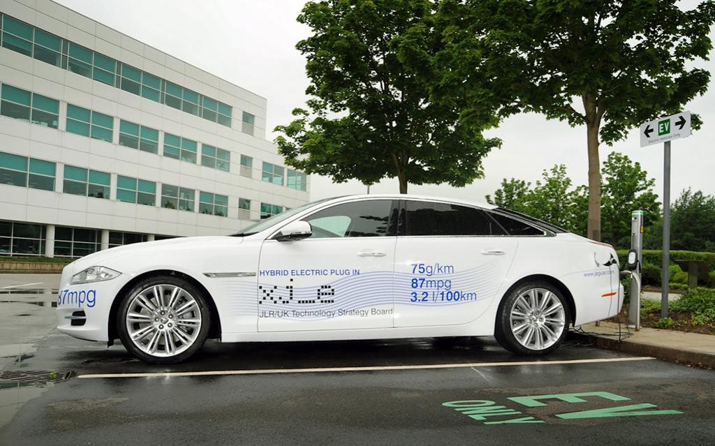 Jaguar следует моде и выпускает гибридную модель