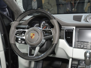 Porsche сообщил дату выхода на российский рынок и цены на Macan
