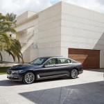 BMW 7-Series 2016 black/черный сбоку спереди / front side view