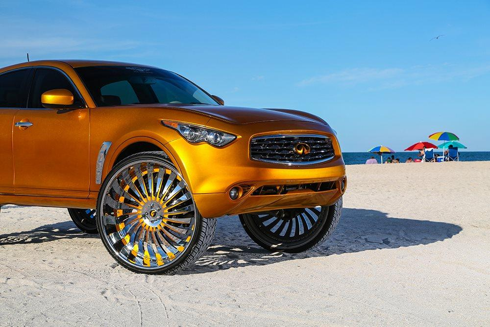 Infiniti FX на 32-дюймовых тюнинг-колесах Forgiato с кузовом в золотой пленке