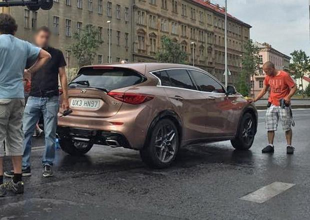 Свежее шпионское фото серийного Infiniti Q30 на съемках рекламы в Праге