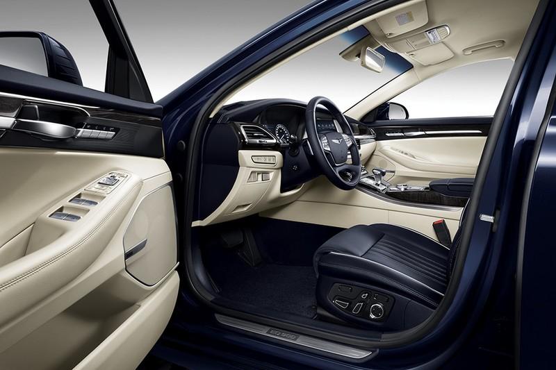 Genesis G90 официальное фото интерьера - вид со стороны водительской двери