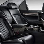 Genesis G90 официальное фото интерьера - задние сидения (вид сбоку)