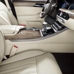 Genesis G90 официальное фото интерьера - вид сбоку пассажирского сидения