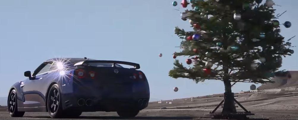 Nissan GT-R против новогодней елки