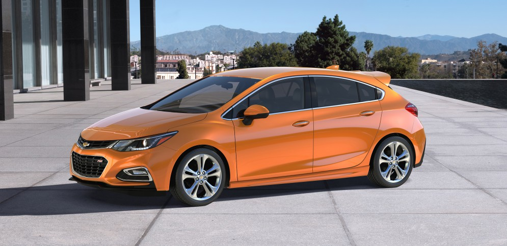 Chevrolet Cruze хэтчбек официальное фото (спереди сбоку)