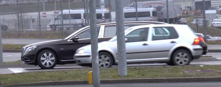 Mercedes-Maybach S600 Pullman рядом с VW Golf (размеры)