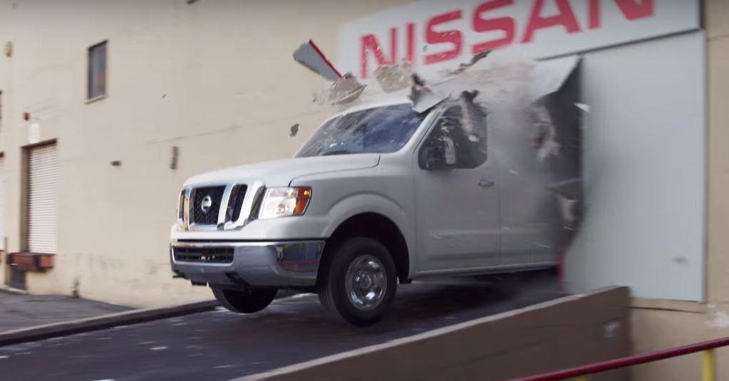 Nissan NV3500 HD Cargo Van дрифтует под управлением Криса Форсберга