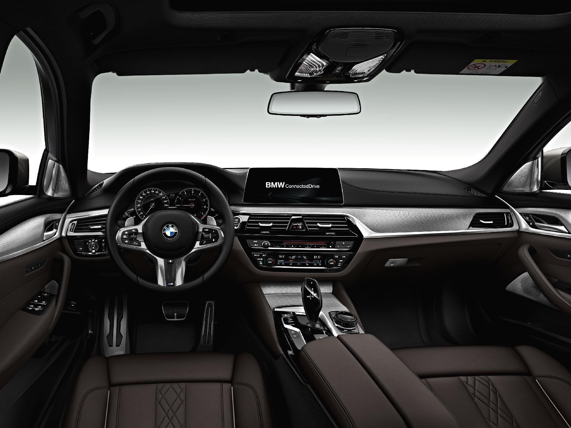 BMW 5 Series 2017 M550i интерьер передняя панель