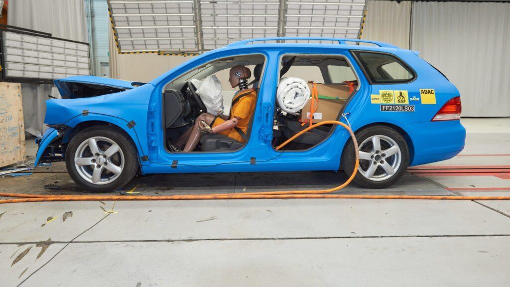 Новые краш-тесты показали, зачем нужно закреплять груз в багажнике: фото