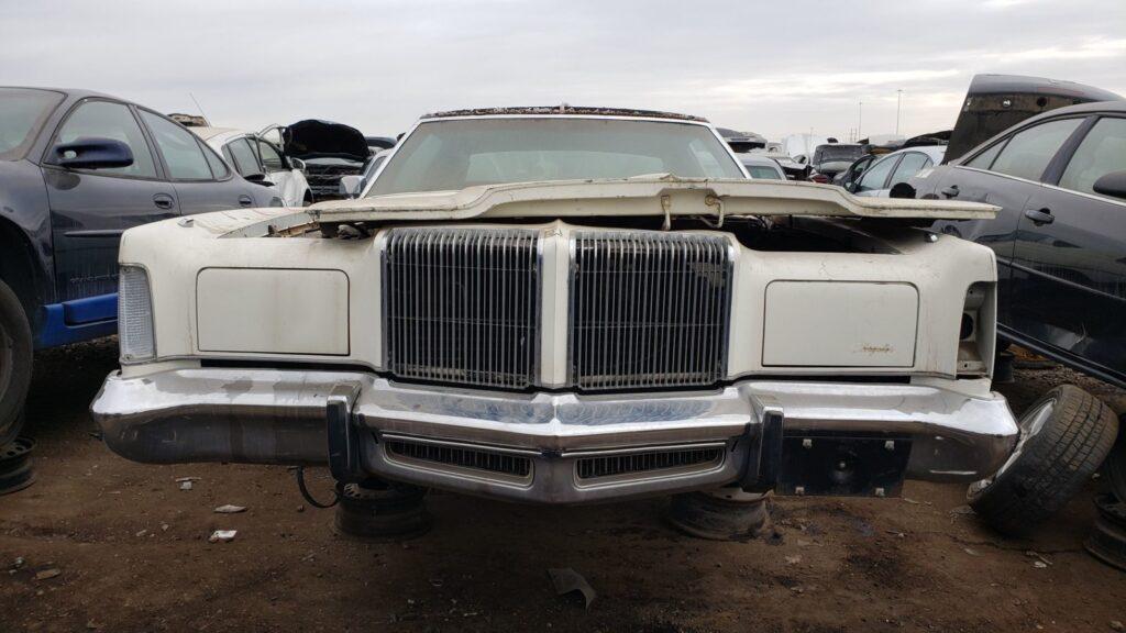 На свалке в Денвере обнаружили роскошный Chrysler New Yorker Brougham Hardtop Coupe 1976 года