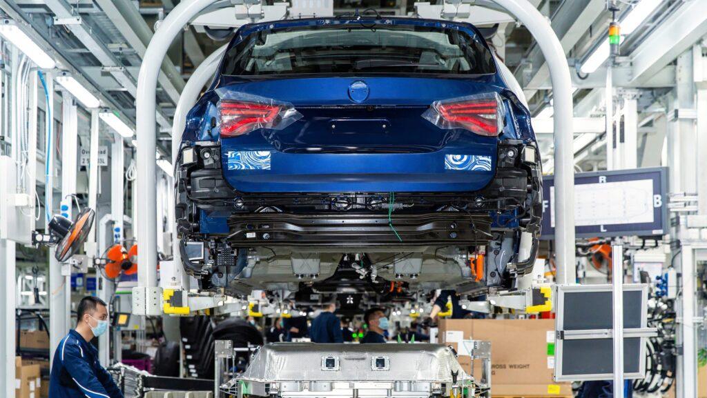 Новый электрический BMW iX3 полностью рассекретили на видео до премьеры