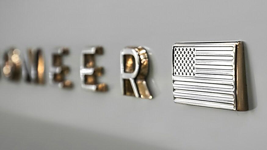 Компания Jeep показала первый тизер внедорожника Grand Wagoneer