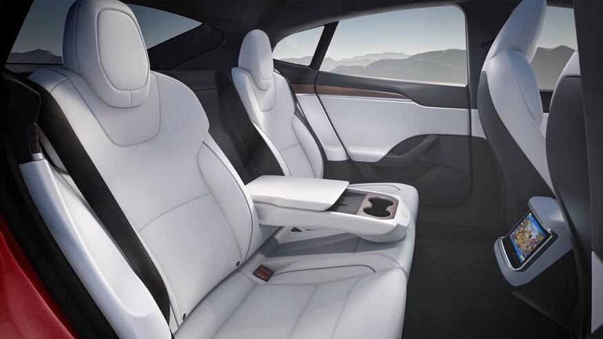 Tesla представила обновленный дизайн седана Model S с новым интерьером и странным рулем