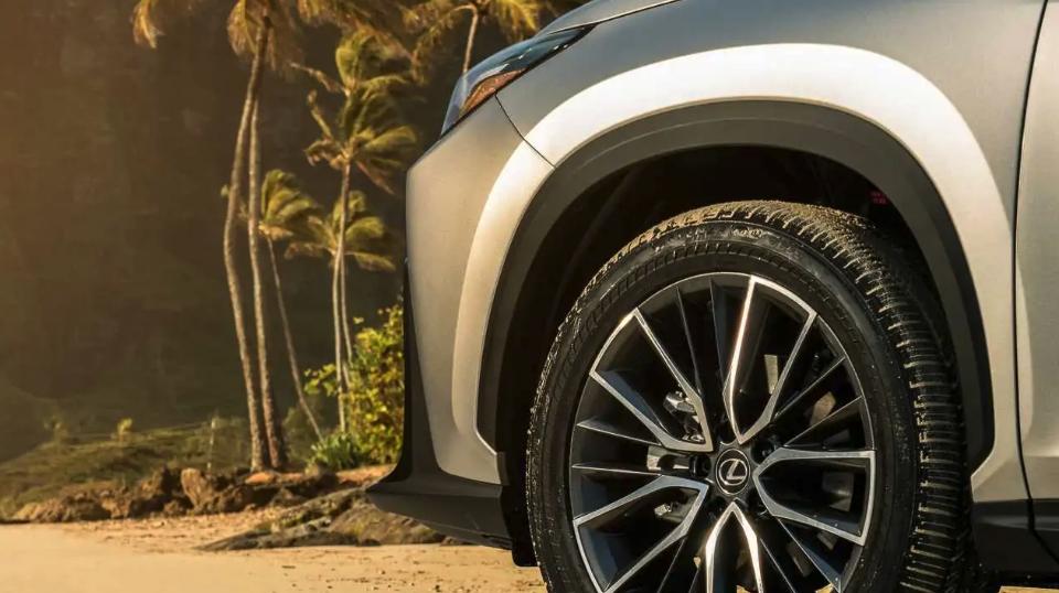 Новый Lexus NX 2022 года опять показали на тизерах
